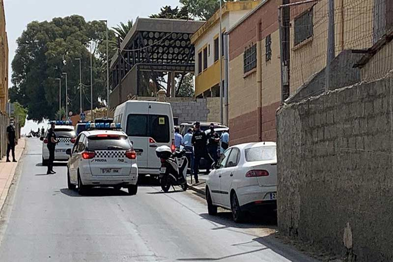 Des mineurs ont commencé à être escortés par la police vers la frontière vendredi dans la journée